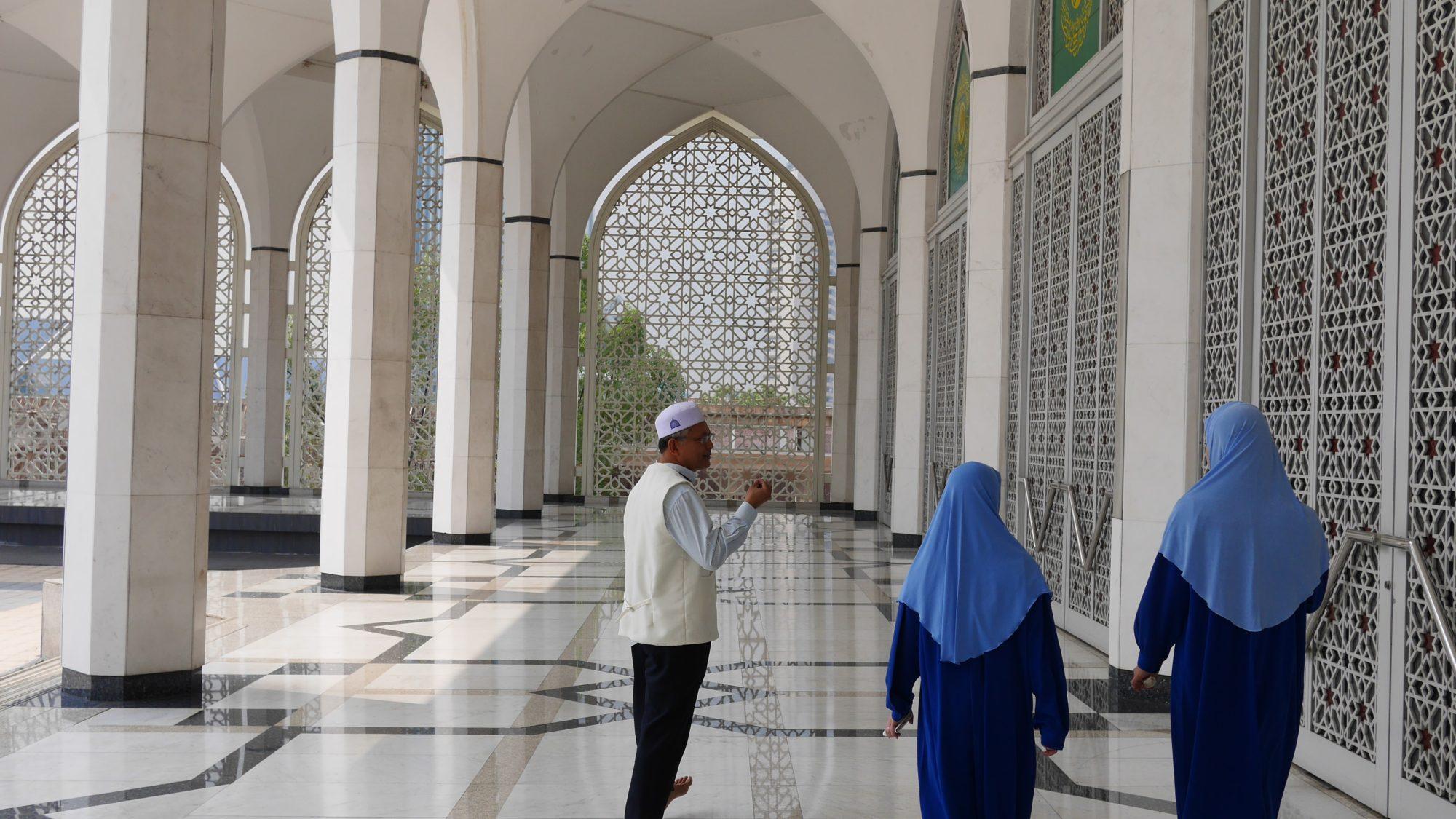 ガイドさんがモスク内を丁寧に案内してくれます