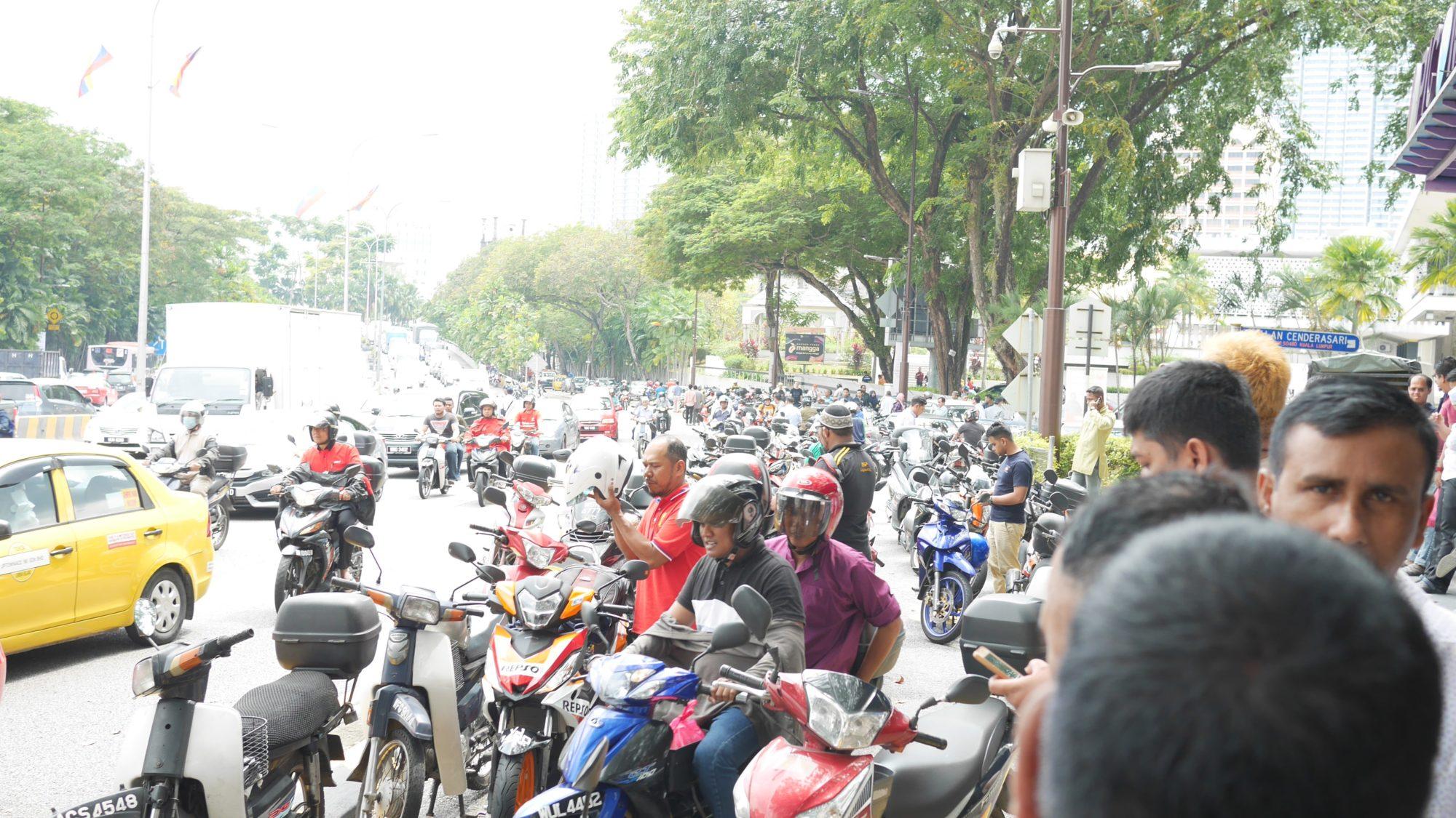 金曜日お昼の国立モスク付近。大混雑!