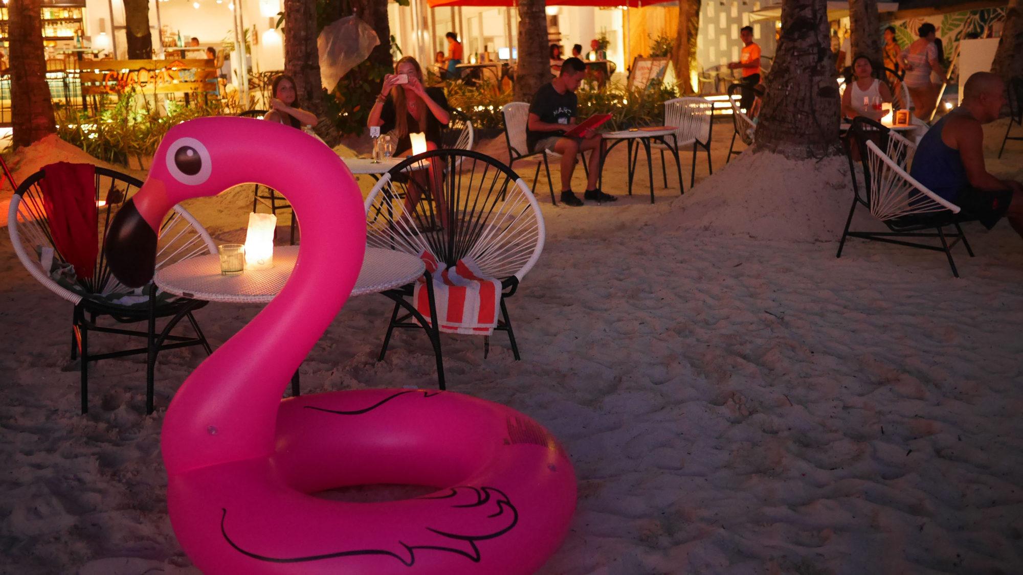 ディナーは浜辺の雰囲気のいいレストランで。