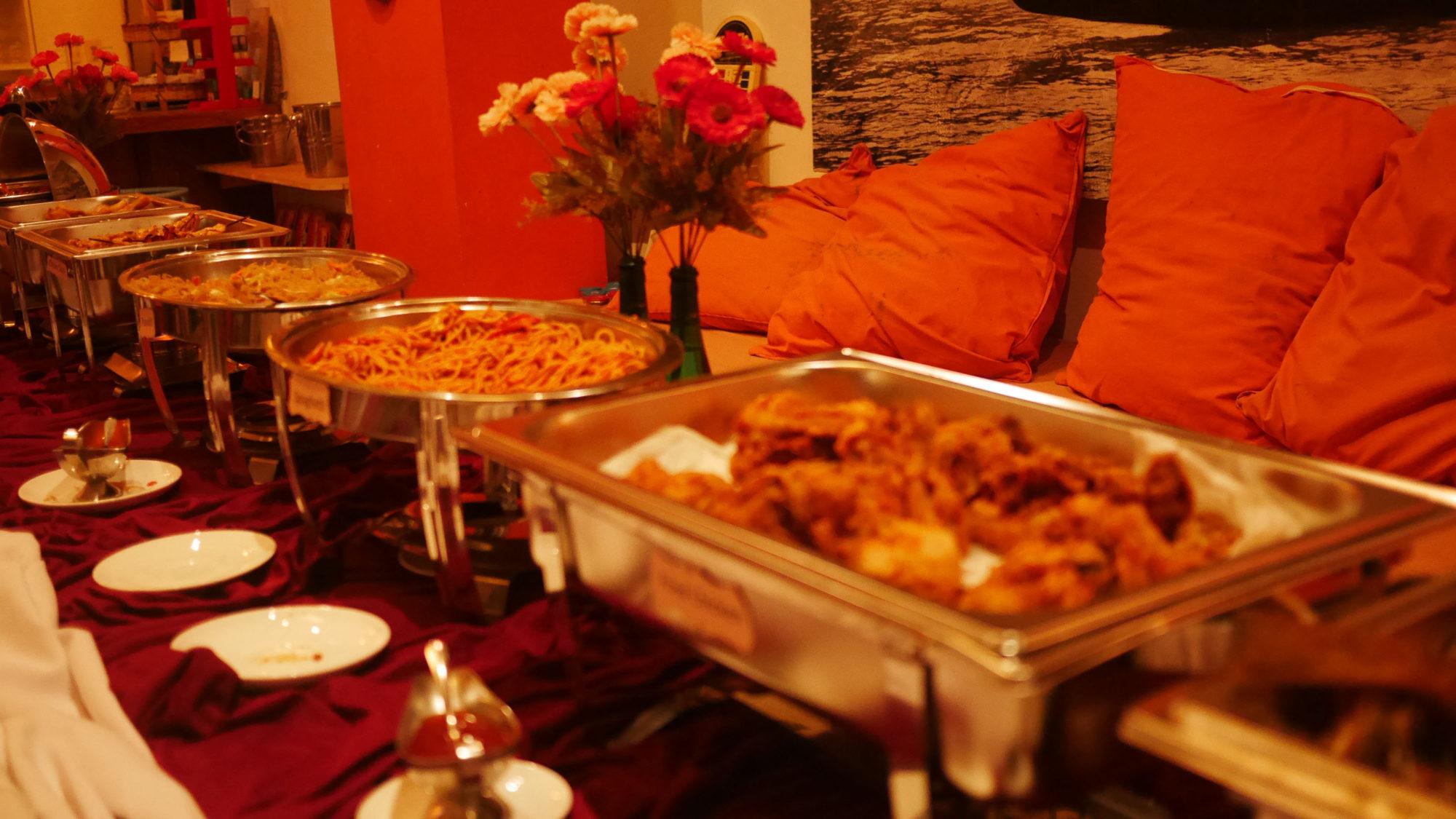パーティーの料理はブッフェ形式